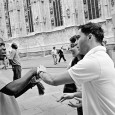 La breve storia di Mamadou e Hamed, due amici senegalesi che si ritrovano, per necessità ed ingenua voglia di scoprire un altro mondo, a fare i braccialettai al Duomo di Milano.