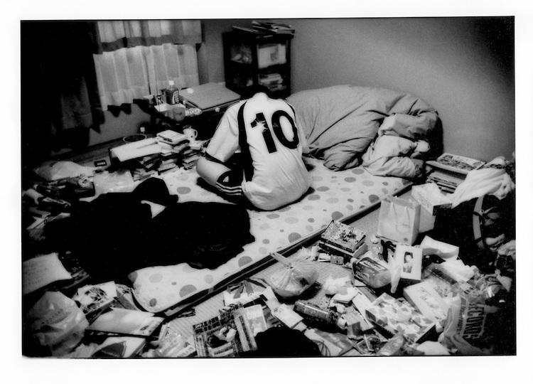 """Ryokei Namiki, un Hikikomori giapponese fotografato durante una seduta psichiatrica: è lo psicologo a recarsi da lui. Il ragazzo, se esce, è solo per """"procacciarsi"""" il cibo per vivere."""