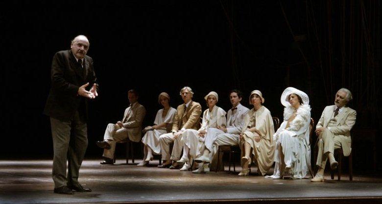 """Una scena in cui Antonio Salines (il Padre) spiega perché il teatro non debba essere considerata un'illusione, quanto piuttosto una realtà immutabile, un momento eterno che """"non cangia più."""""""