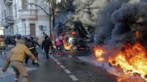 Un momento della rivolta nelle strade di Kiev, foto di 23 ore fa.