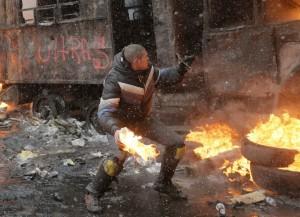 Un manifestante dietro una barricata creata 48 ore fa.