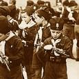 La nostalgia del Fascismo cresce statisticamente anno dopo anno e tende a rivalutare gli anni del Regime. Perciò entriamo nella cultura e nella vita quotidiana di quegli anni, per scoprire come agisce oggi la vecchia propaganda fascista.