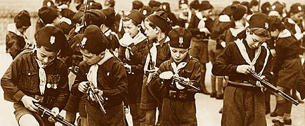 """""""Figli della lupa"""" e """"Balill"""" impegnati a studiare le loro nuove armi."""