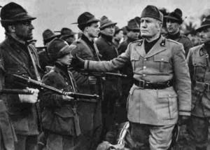 Benito Mussolini durante un'adunata militare.